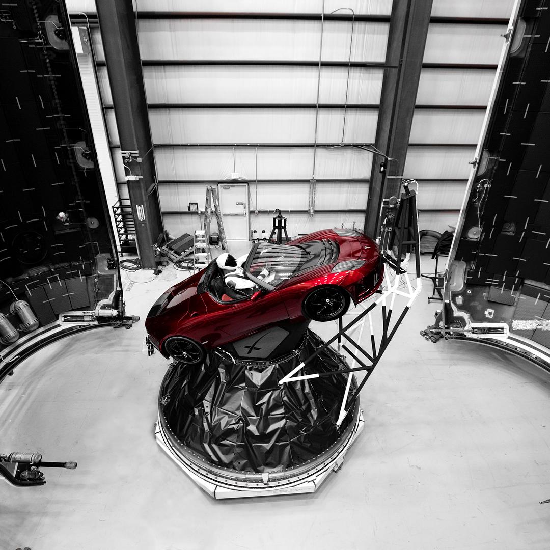Elon Musks personlige Tesla Roadster bliver - om alt går vel - sendt med kurs mod Mars' kredsløb i morgen, når Falcon Heavy skal have sin debutflyvning. (Foto: Elon Musk via Instagram)