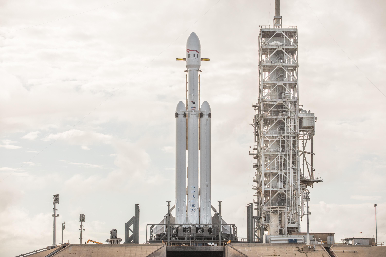 SpaceX' går op i genbrug. Ikke kun på grund af miljøet, men mere fordi det gør rumfart en hel del billigere, hvis man kan genbruge de dyre raketter. De to raketter på hver sin side af den midterste raket har allerede fløjet en gang før i 2016. (Foto: SpaceX)
