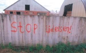 Aktivisters tekst på plankeværkt